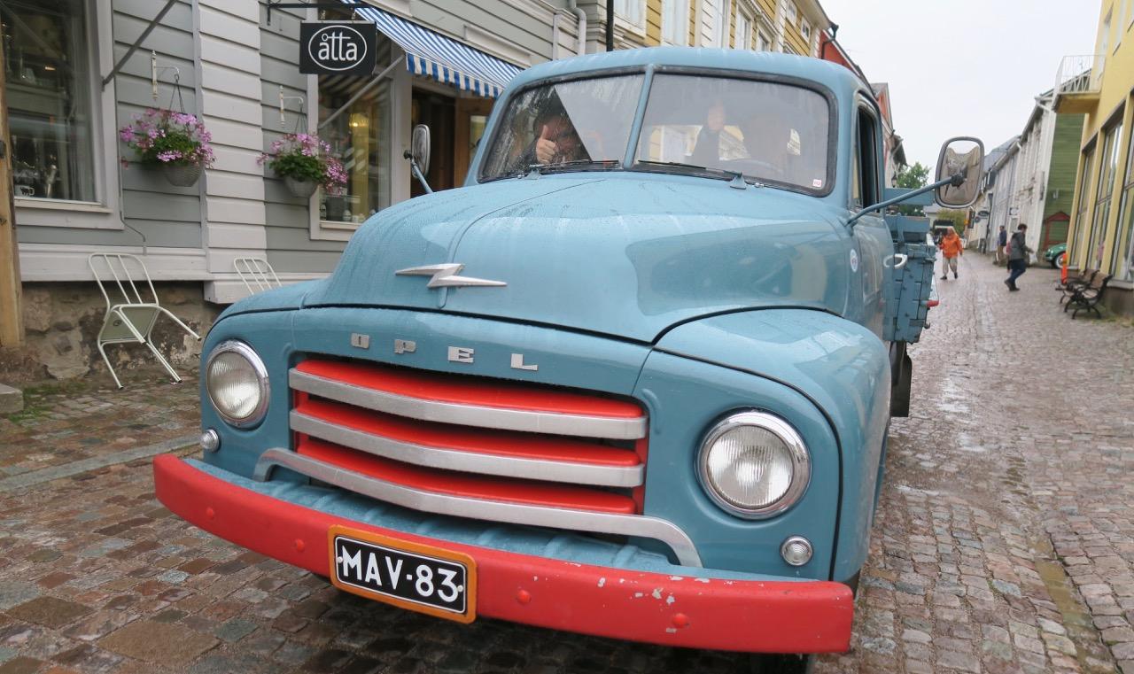 En gammal bil i gamla Borgå passade bra.