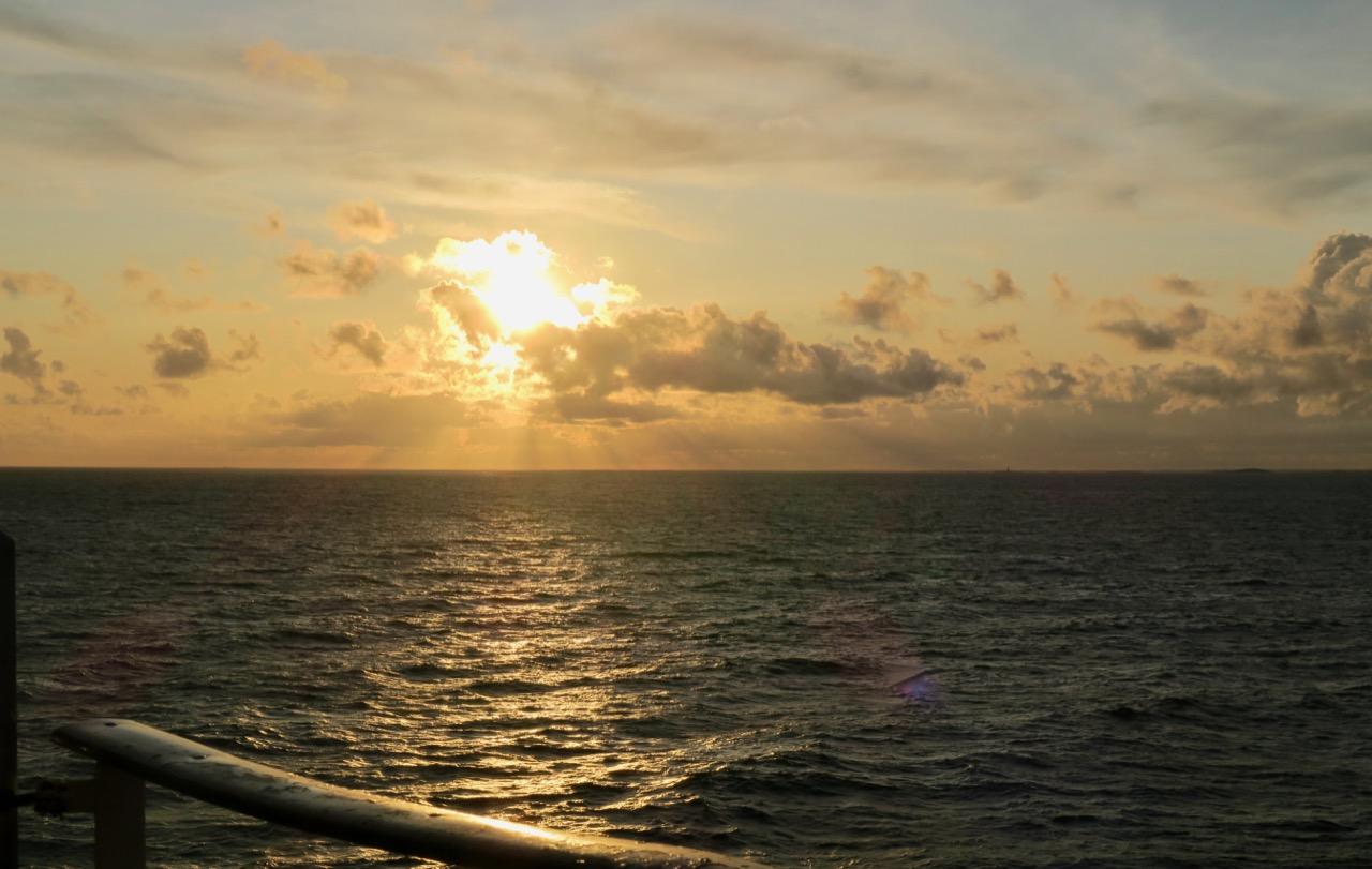 Solen sänker sig i väster och vi är på väg tillbaka till Stockholm efetr en vecka i Finland.