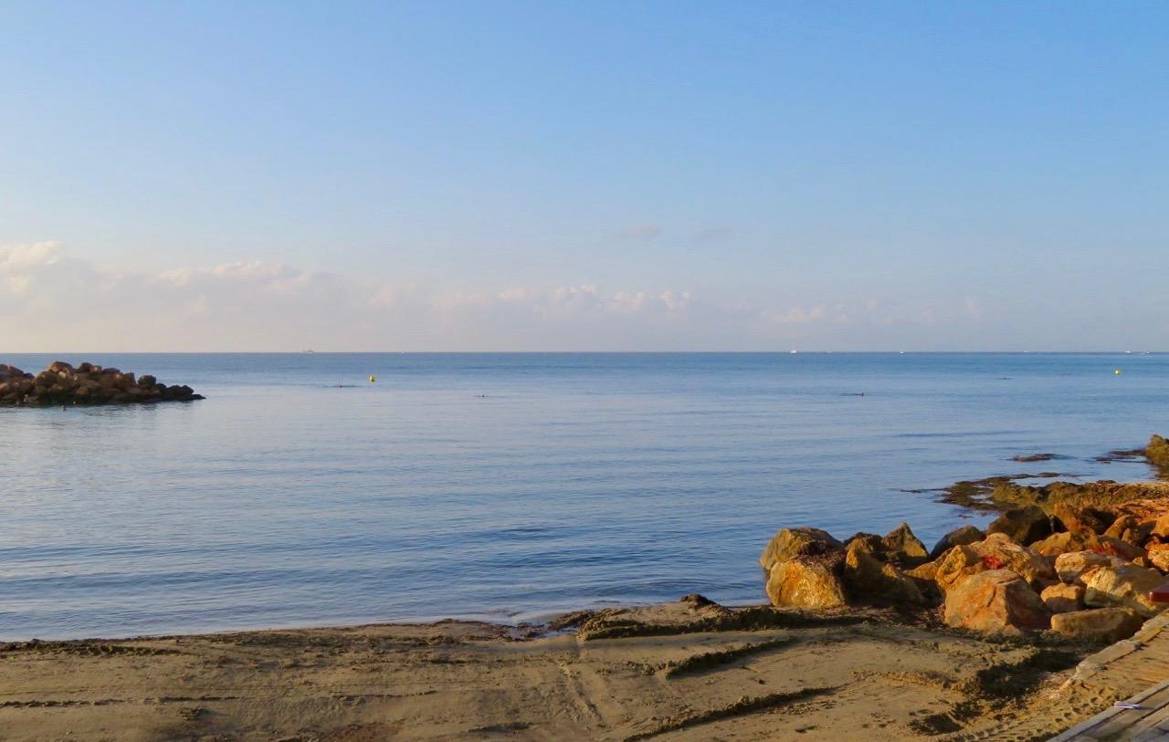 En vacker och lugn morgon i Torrvieja. Medelhavet ligger spegelblankt