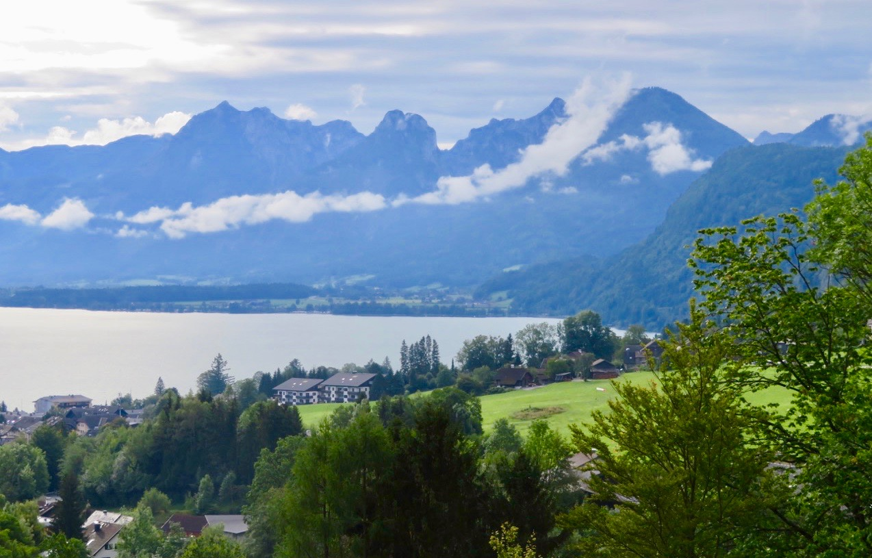 Från Salzburg körde vi några mil österut. Här blickar vi ner på sjön Wolfgangsee
