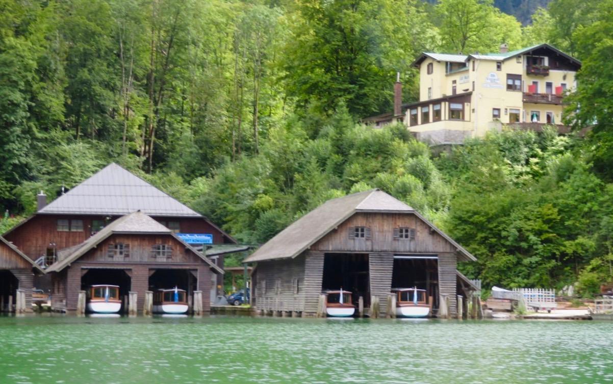 Runt byn Schönau am Königsee ser man båthus byggda i liknande stil som härbergerar båtarna.