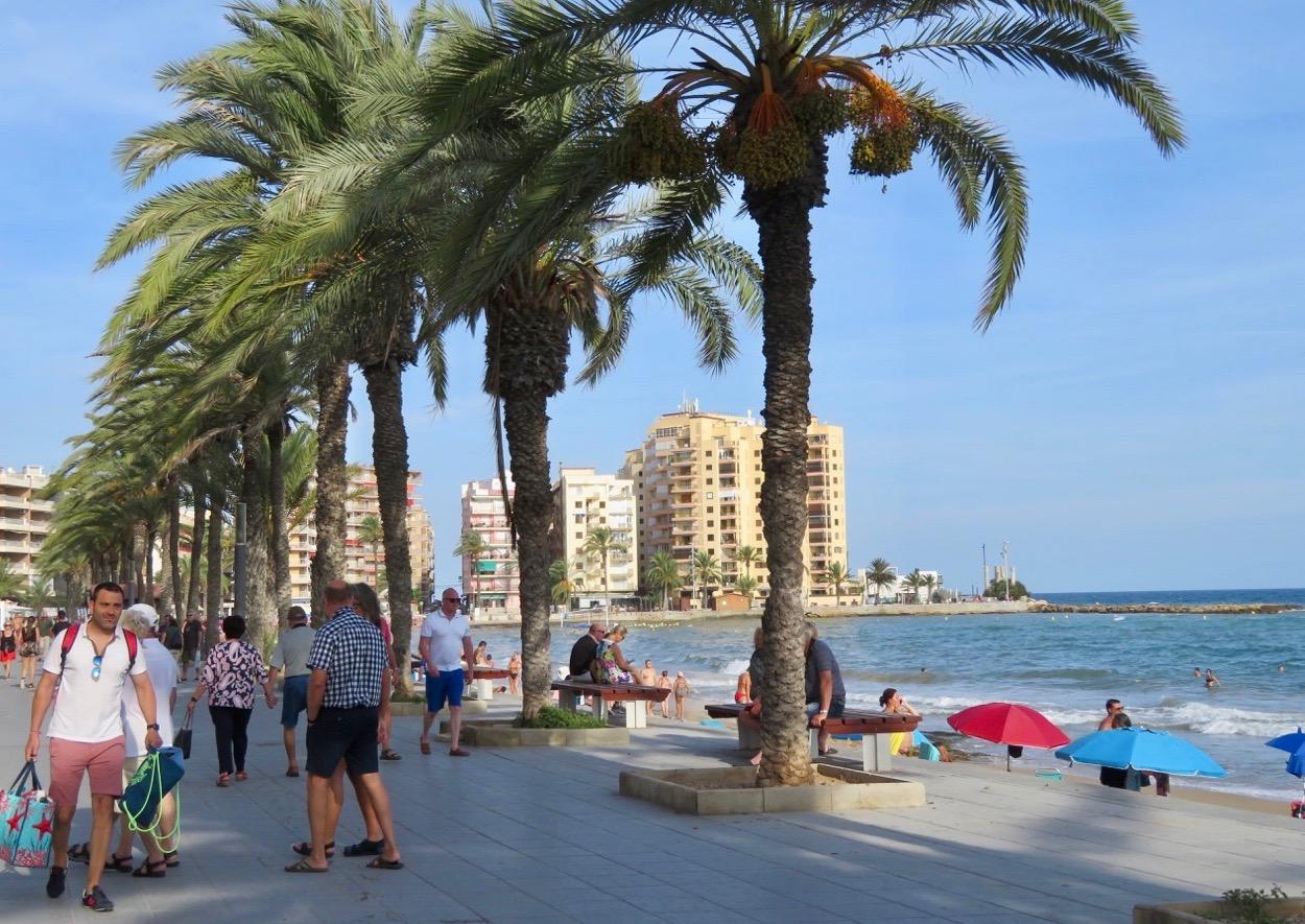 Att promenera längs strandpromenaden i Torrevieja är något vi också gjort genom åren. Och vi har inte tröttnat.