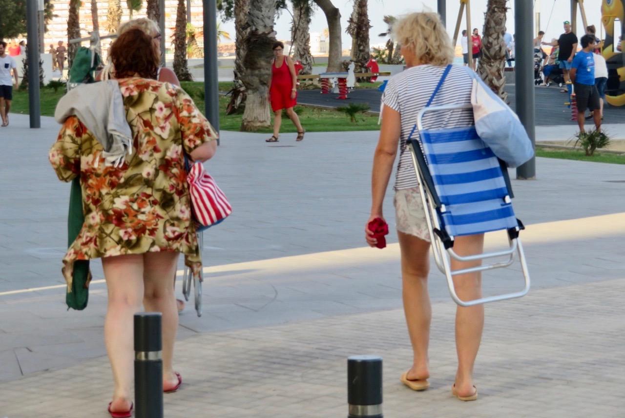 I Torreveija är det vanligt att man bär med sig sin strandstol och parasoll.