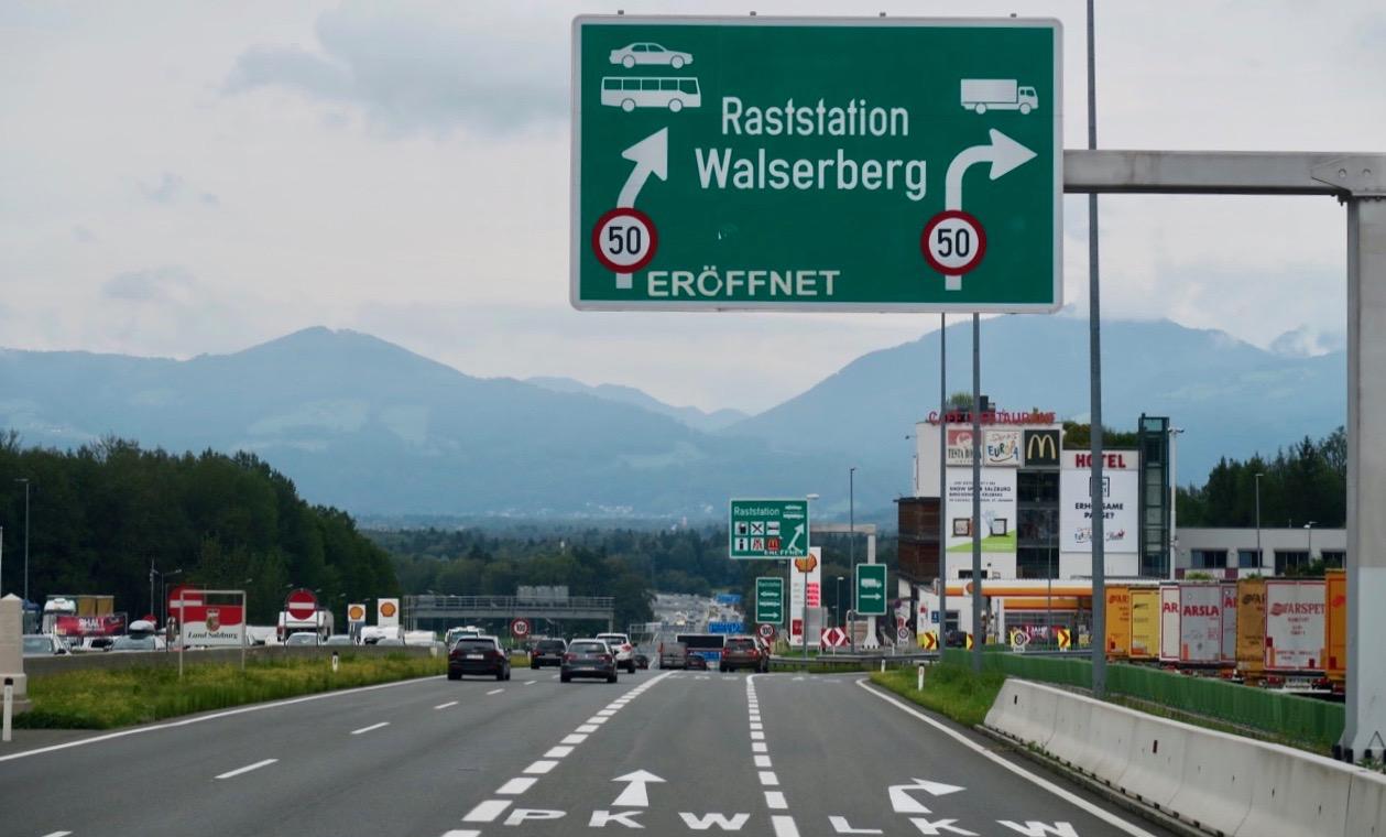 Ett par mil kvar till Salzburg. Här har vi just passerat gränsen mellan Tyskland och Österrike.