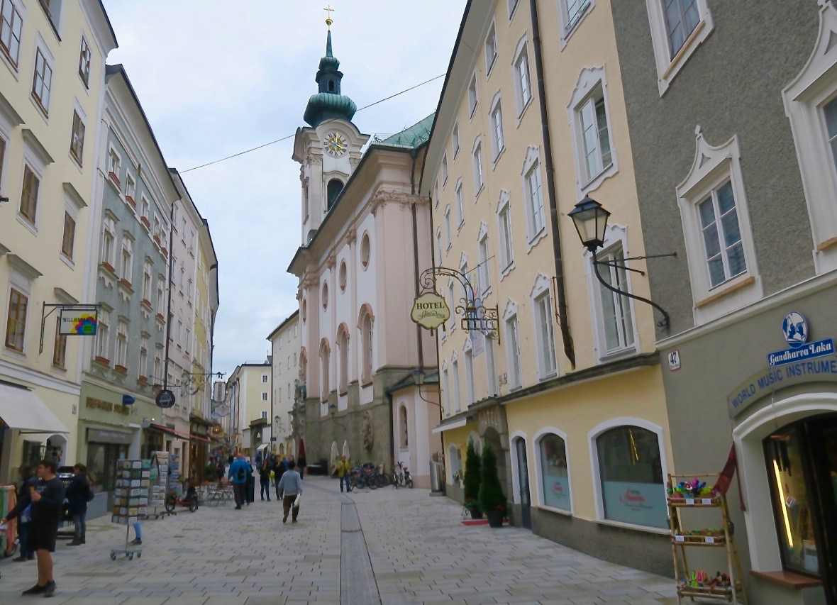 Linzergasse i gamla delen av Salzburg
