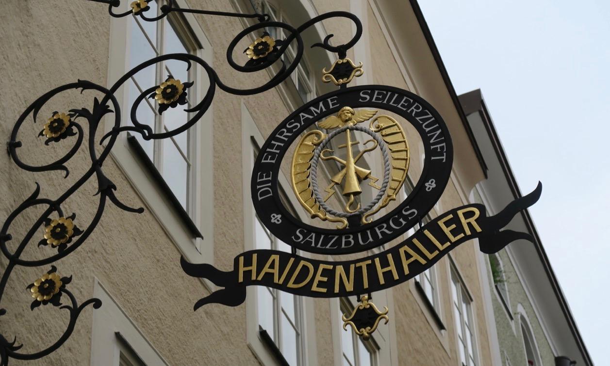 Många skyltar i Salzburg har denna lite äldre utformningen.
