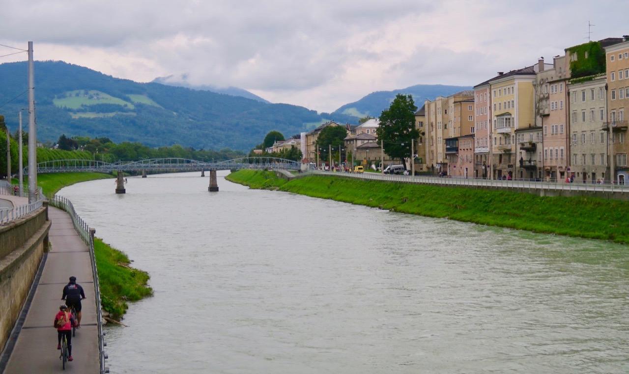 Floden Salzach rinner genom Salzburg och bildar längre upp gräns mellan Tyskland och Österrike.