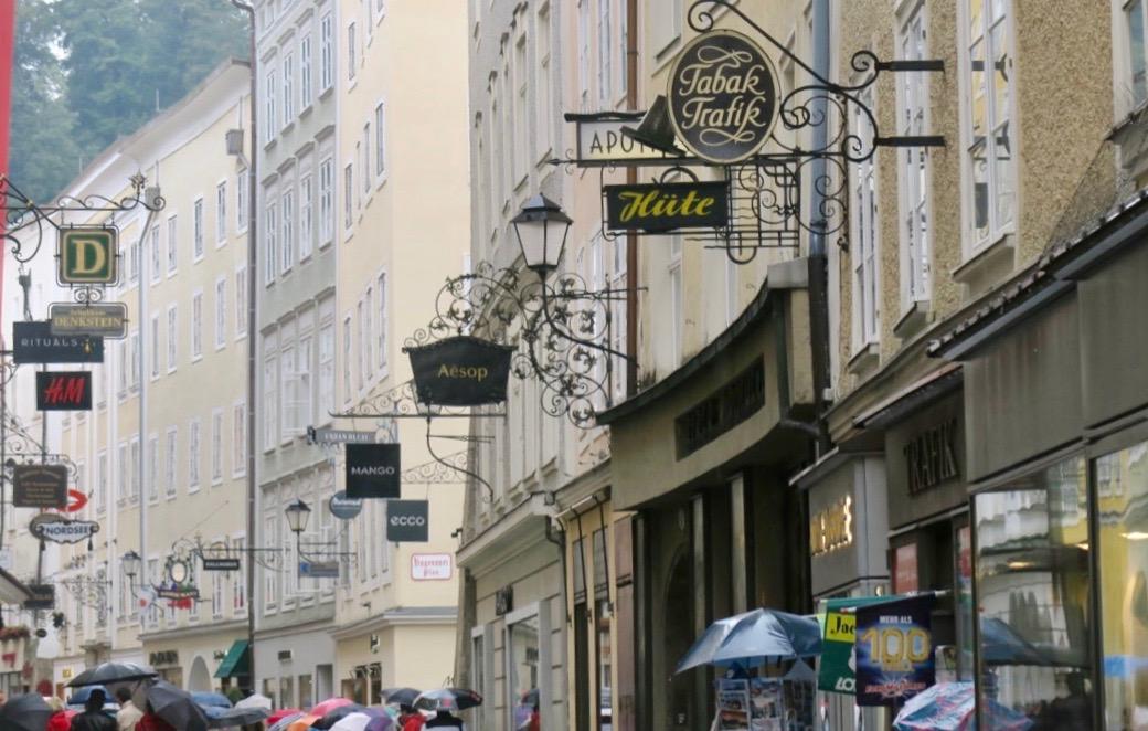 Skyltar i Salzburg, i den gamla delen, är ofta gjorda i gammal stil som passar både hus och stad.