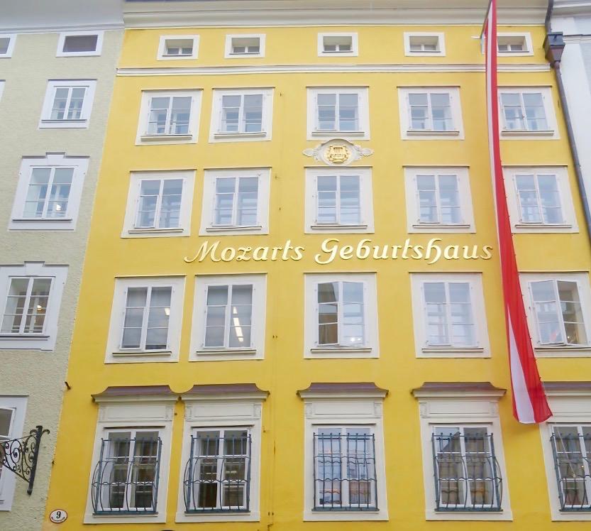 På min väg genom Salzburg går jag på nytt förbi huset fär Mozart föddes.