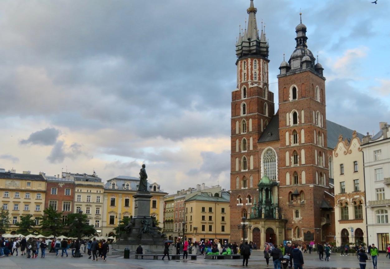På plats i Krakows hjärta, Stora torget - Rynek Glowny. Mariakyrkan i bakgrunden.