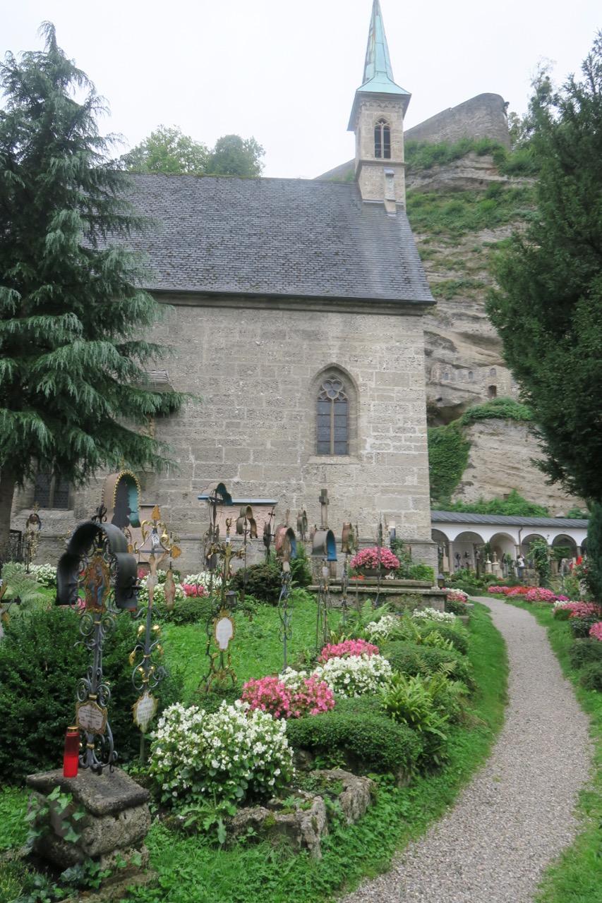UNder min promenad genom Salzburg tittar jag in på den vackra kyrkogården St: Peter.