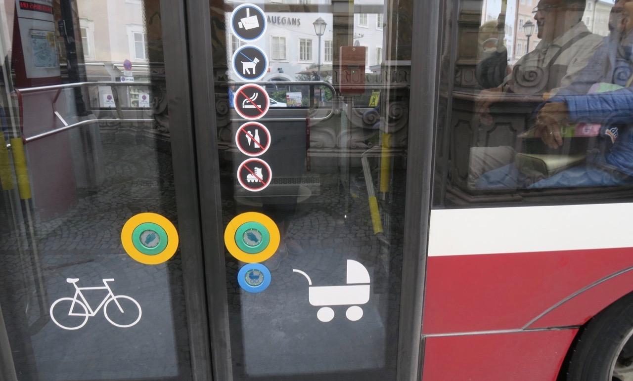 Välkomna med på en lokal busstur i Salzburg .