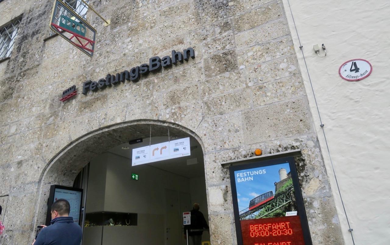 Välkomna med på en tur med bergbanan i Salzburg. Målet är borgen Hohensalzburg