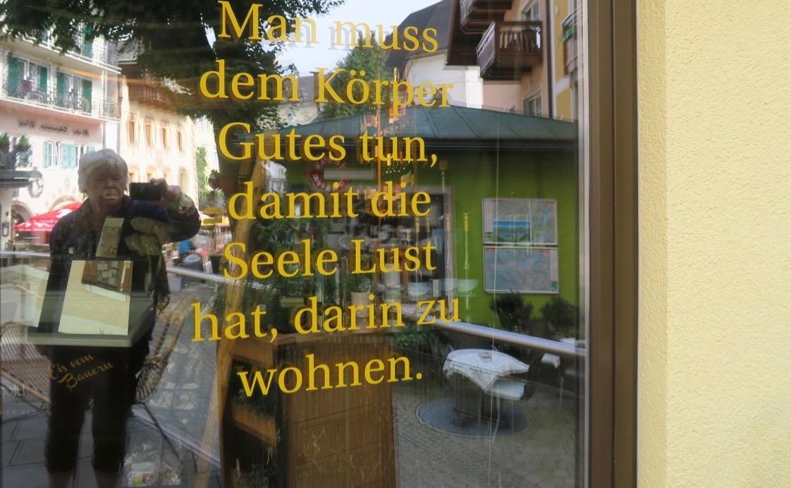 En fönsterruta ka också bli en spegel. Här i St. Wolfgang i Österrike