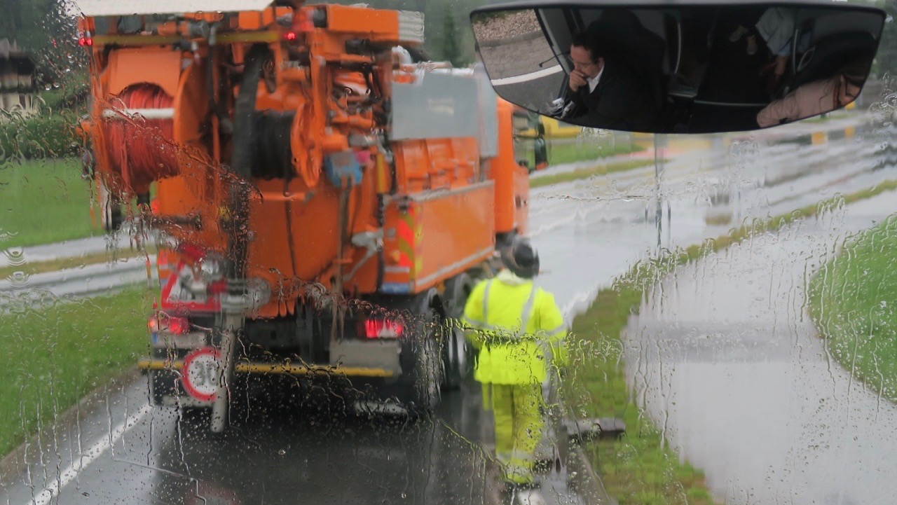 Busschauffören kom med i bussens spegel när jag skulle fotografera de som jobbade