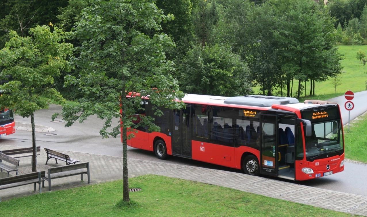 Specialbyggda bussar kör den 7 km långa, branat och slingriga vägen upp till Hitlers Örnnäste.