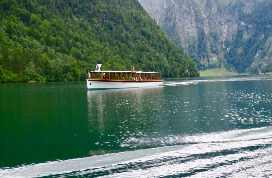 En av alla båtar som tyst glider runt på Königsee.