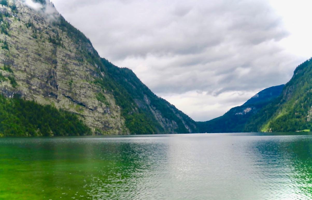 De höga bergen runt Königsee ger fint eko. Kaptenen testade med att blåsa i sin trumpet och detta gav eko som hördes mellan fem och sju gånger.