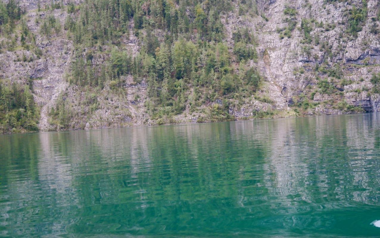 Den omgivande naturen kan med fördel ta dig en titt i sin sjö- spegel.