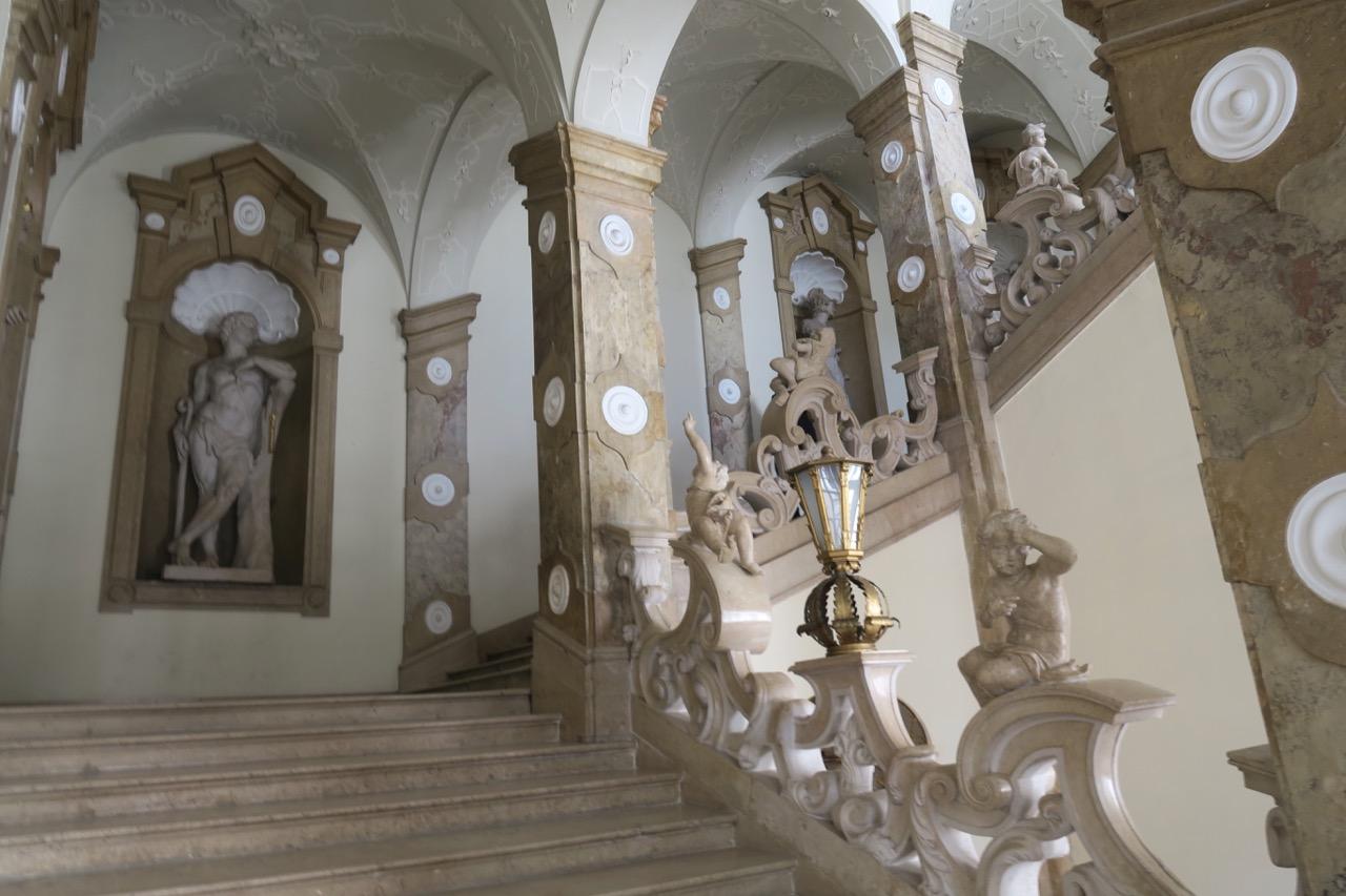 Trapphallen i slottet Mirabelle med sina vackra utsmyckningar.
