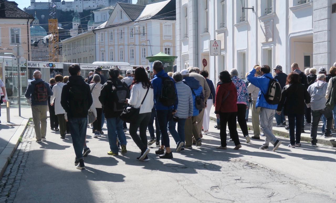 Jag är inte direkt ensam om att promenera genom Salzburg.