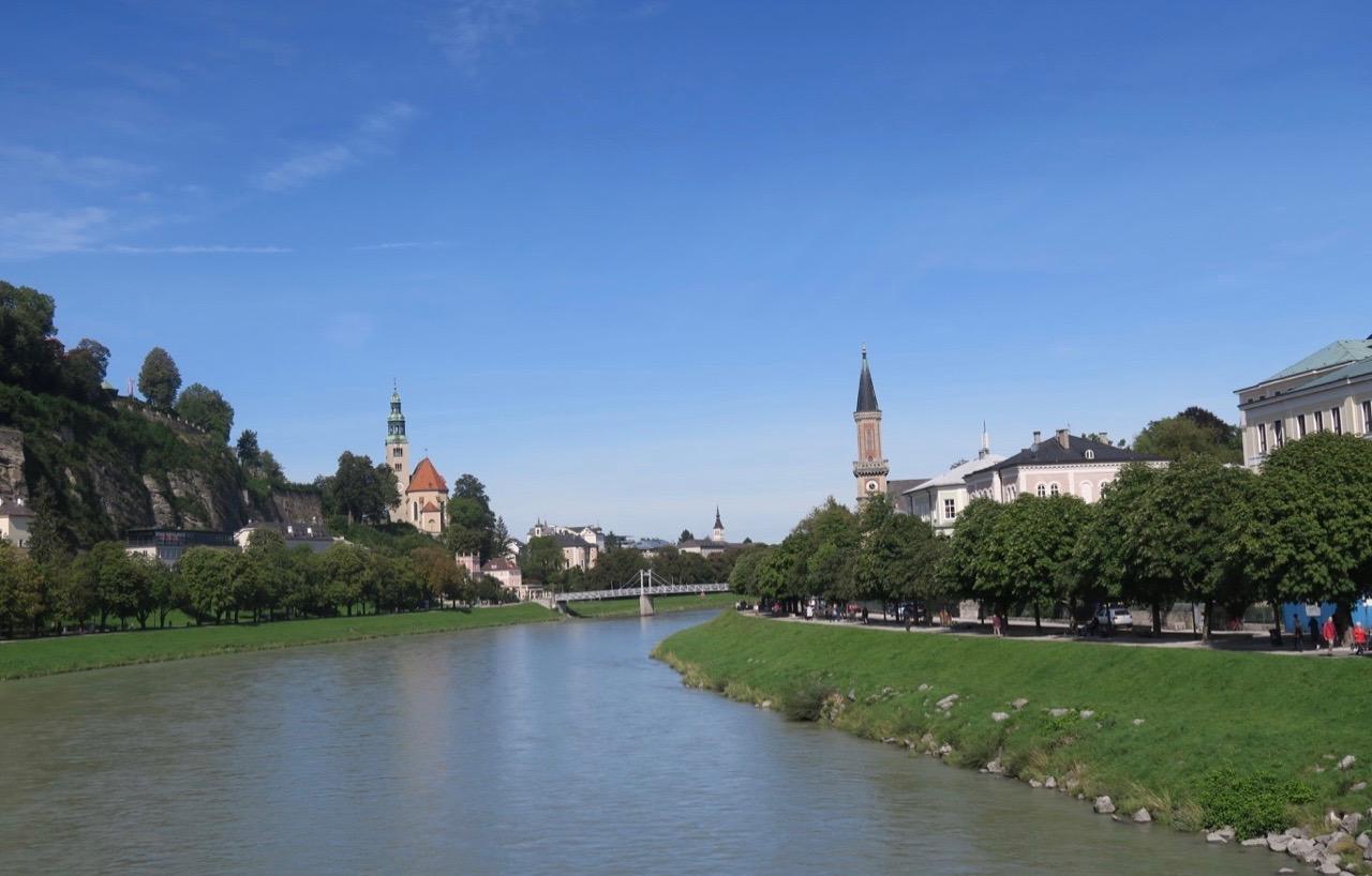 Stannar på min runda genom Salzburg till vid floden Salzach