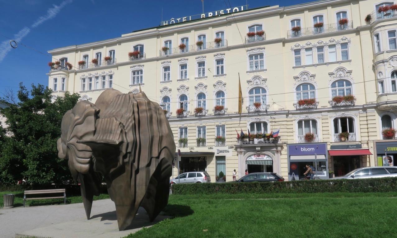 På Makartplatz, i närheten av slottet Mirabell, finns Tong Craggs skulptur, Caldera.