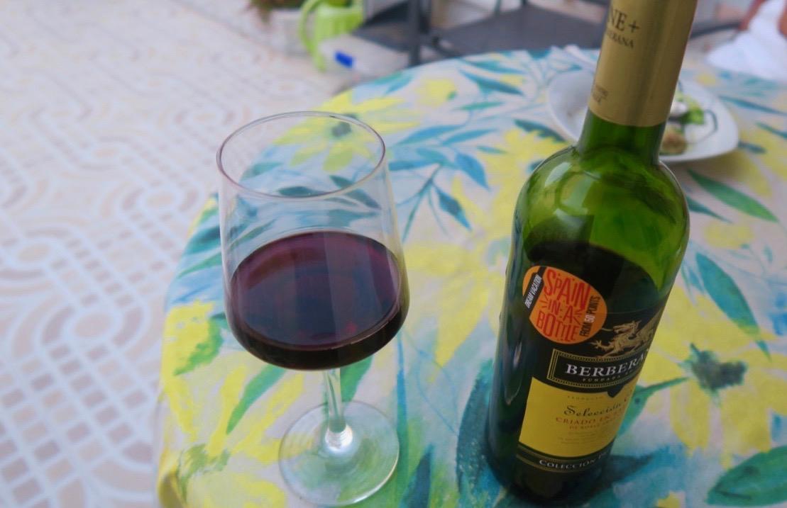 """Vland veckans skyltar tyckte jag vinflaskan med texten """"Spain in a bottle"""" passade bra."""