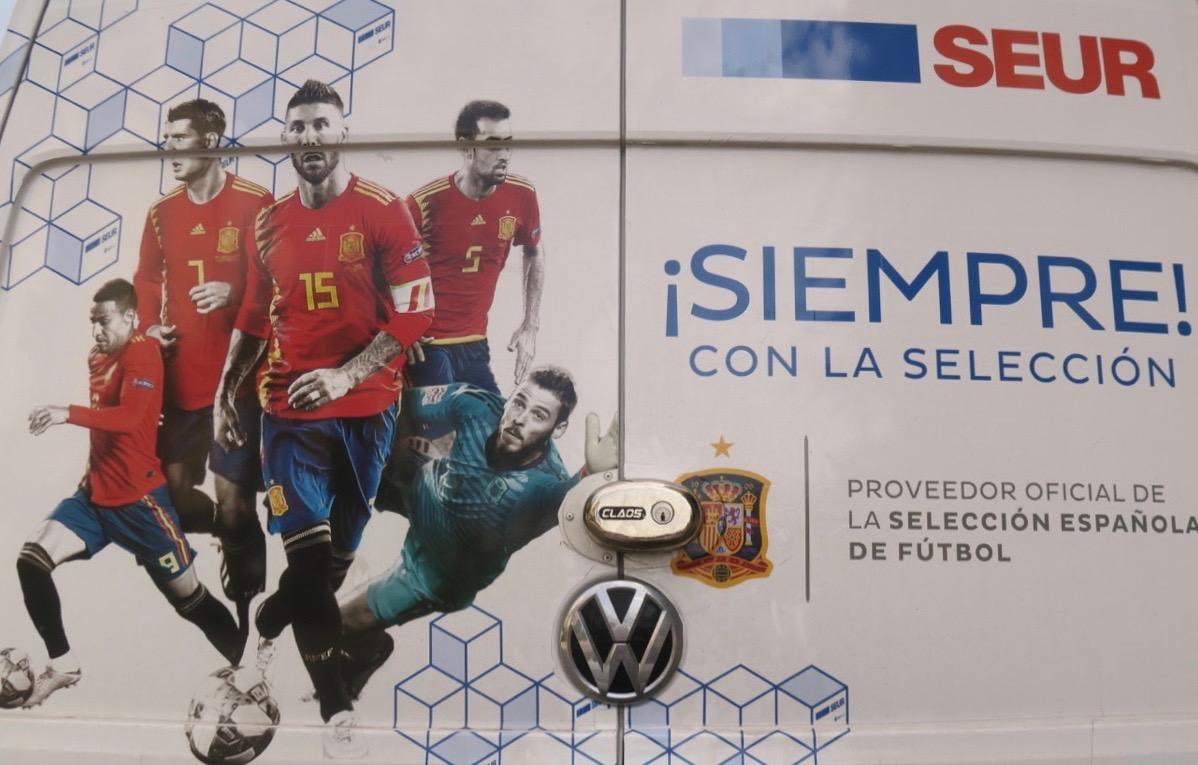 En färgglad skylt från Torreveija med spanska fotbollslandslaget får inleda veckans skyltar.