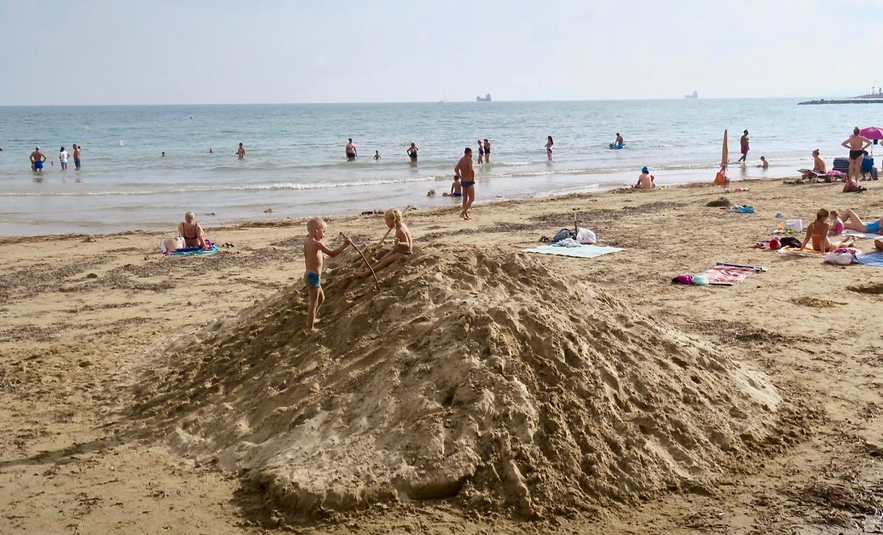 Varmt , +32 grader och fuktigt. Ny sand har kommit till Los Locos stranden och ska fördelas så att dtet på nytt blir en sandstrand.