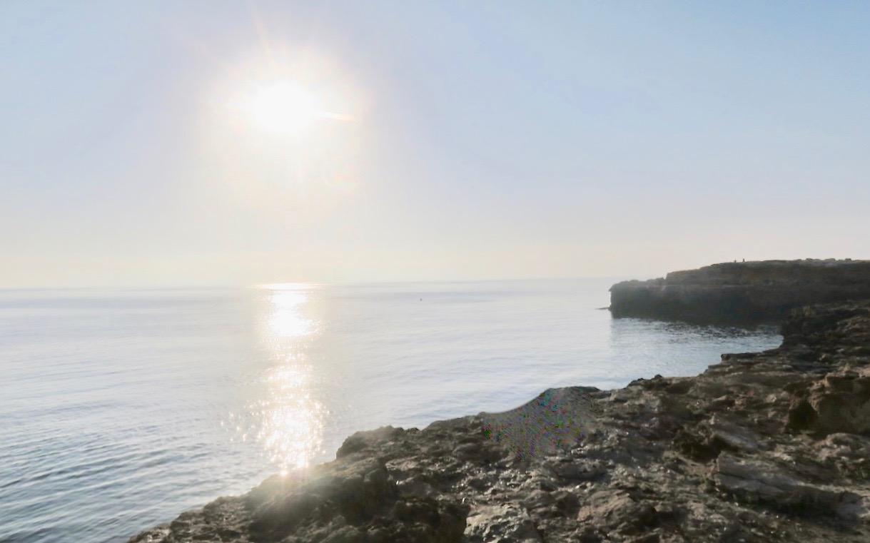 Solen har stigit upp och ute på klipporna längs havet könns det som om det vpre dimma.
