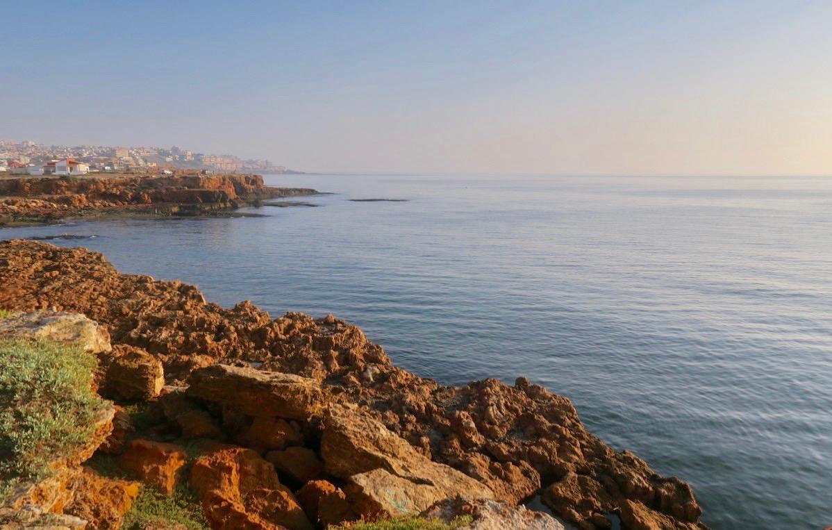 Här ute längs havet, vid klipporna skymtar udden Cabo Cervera och längre bort grannorten La Mata