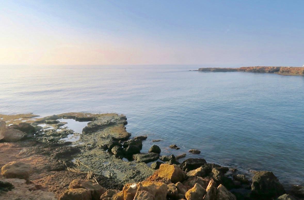 Vi fortsätter längs havet och ser att fukten lättat en aning och den blå himlen börjar träda fram