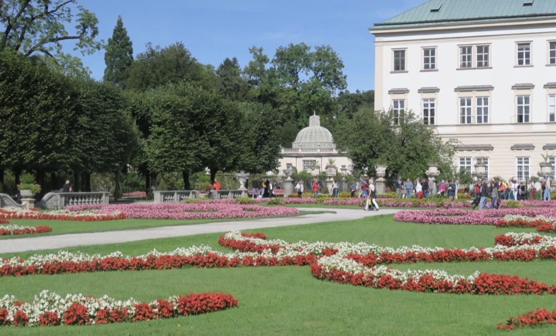 Slottet Mirabell i Salzburg. Vacker barockträdgård och vacker byggnad.