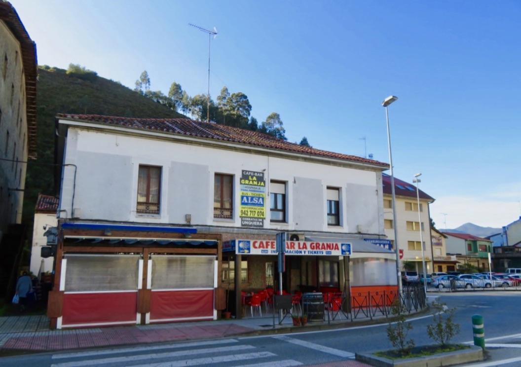 Ett fint möte blev det med den spanska byn Unquera. Här busststionen kombinerad med ett café och biljettförsäljning.