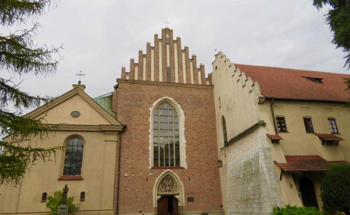 Många fönster och flera vackra glasmålningar i FRanciskanerkyrkan i Krakow.
