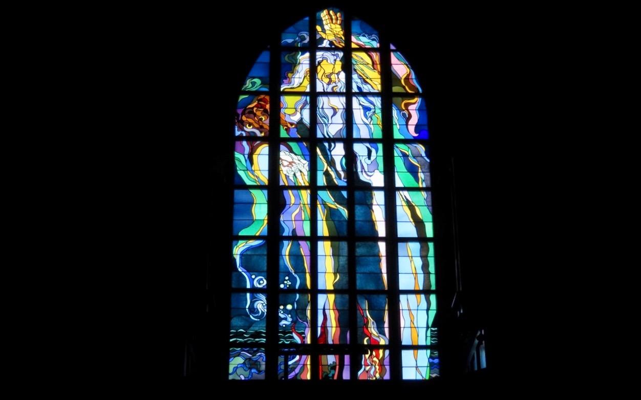 Ett av alla vackert målade fönster i Franciskanerkyrkan Krakow.