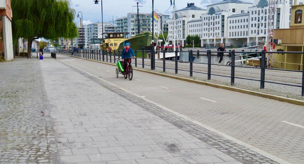 Dags för invigning av den nya plattförsedda gångbanan länga Hammarbykajen. I mitt tycke är plattorna helt onödiga.Och 8 miljoner är mycket pengar...