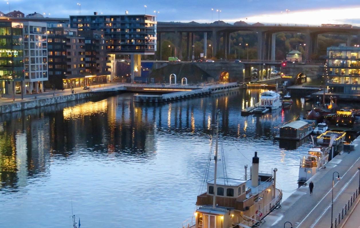Hemma på Hammarbykajen efetr en rejäl sightseeingtur. Font att se skymningen sänka sig över kanalen.