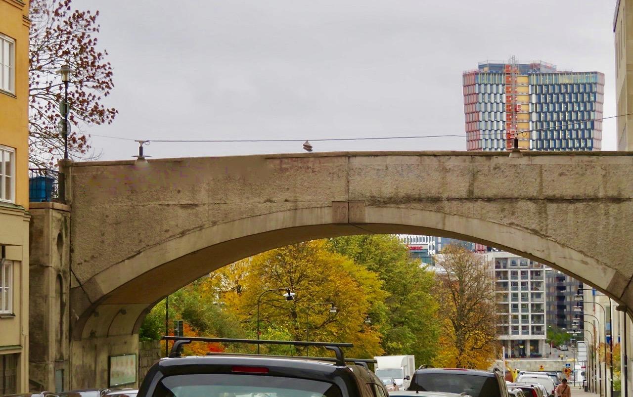 Broar kan också vara konsruerade i form av en båge. Här bron över Östgötagatan på Söder.