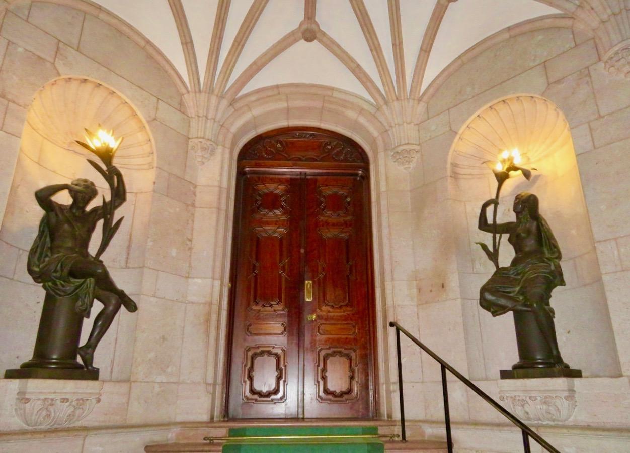 Hallwyllska palatset. Både valver runt entren, själva porten och nischerna bredvid har formen av en båge.
