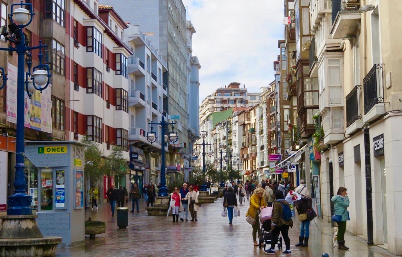 En av flera gågator i centrum av Santander.