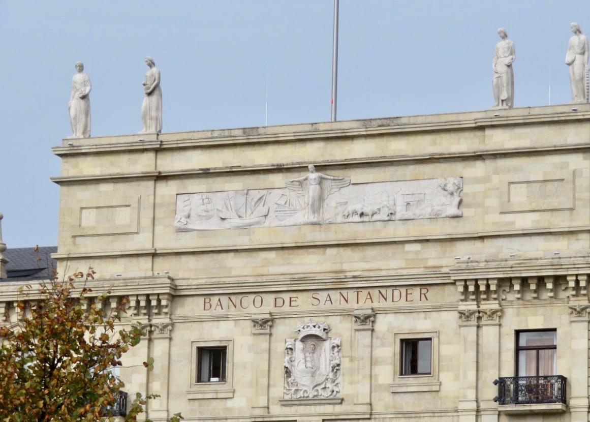 Banco de Santander , banken, är inrymt i ett äldre vackert hus centralt i stan.