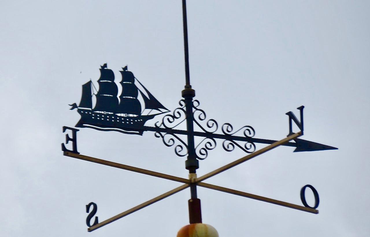 Snygg skylt som visar väderstrecken. Fanns flera liknande i Santander.