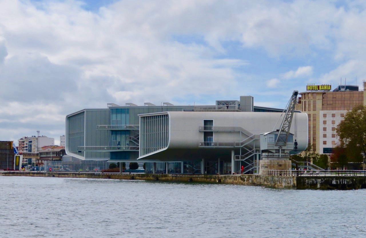 Centro Botin i Santander lägger manmärke till både från land och från en båttur på viken utanför.
