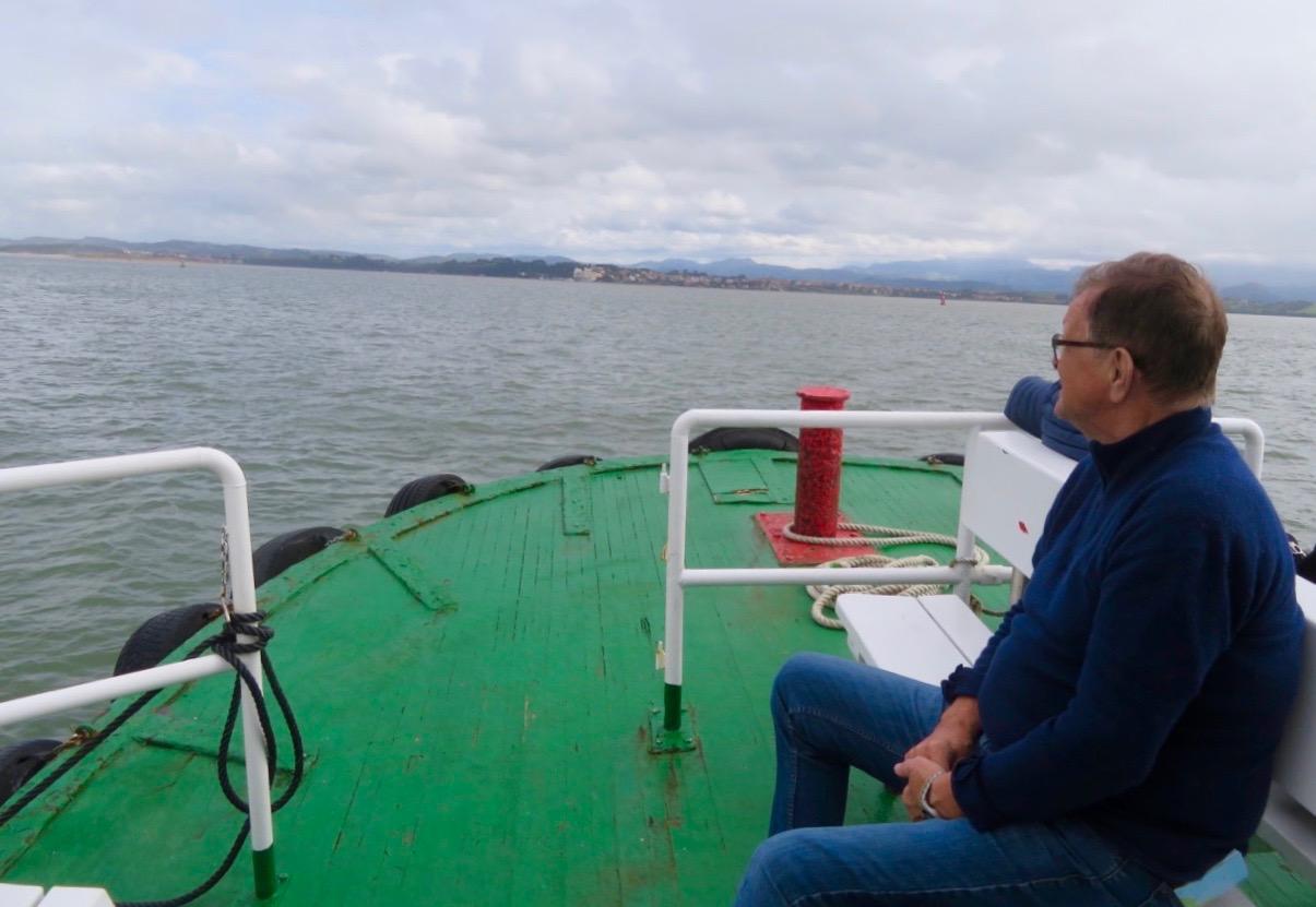 Under en båttur sitter vi helst utomhus. Liksom lite av vitsen med att åka båt. Här i viken utanför Santander i norra Spanien.