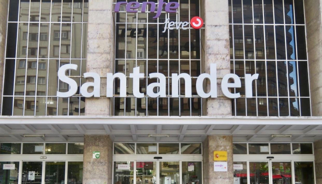 I Santander har FEVE- tågen/pendeltågen, till de mindre orterna har en egen byggnad.