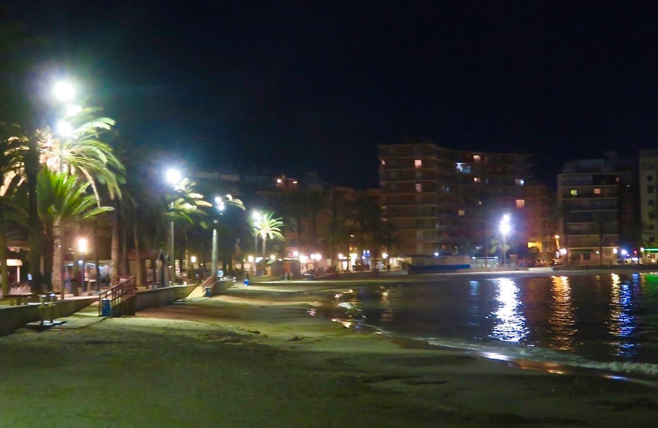 """Playa del Cura, """"Prästens strand"""", en av stränderna inne i Torrevieja vilar och inväntar morgondagens besökare."""