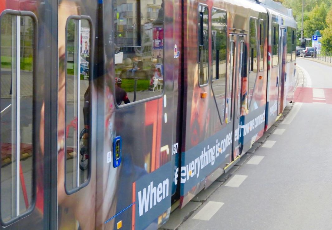Spårvagnarna i Krakow är många och ofta färgglada.