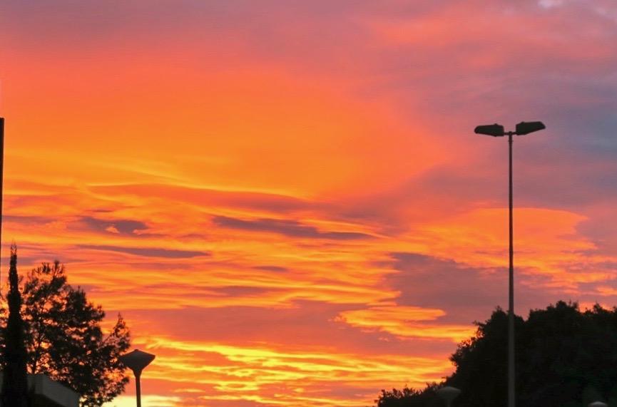 Spännande molnformationer över Torreviejas himmel västerut. några minuter senare avlöstes skymningen av mörkret.